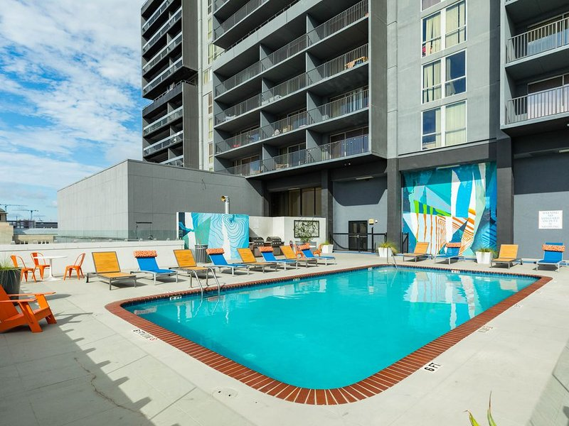 Downtown condo w/ city views, shared pool & gym - walk to everything!, vacation rental in Houston
