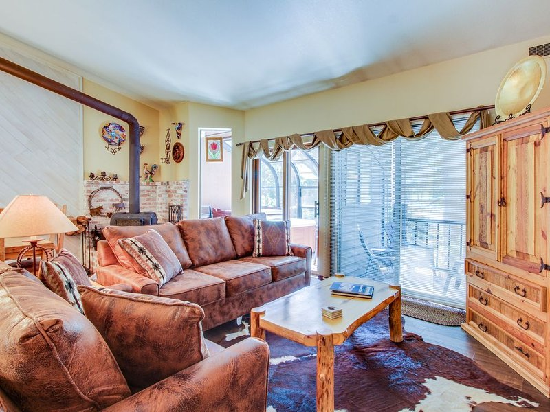 Townhome-style property with private hot tub and gorgeous forest views, aluguéis de temporada em Mammoth Lakes