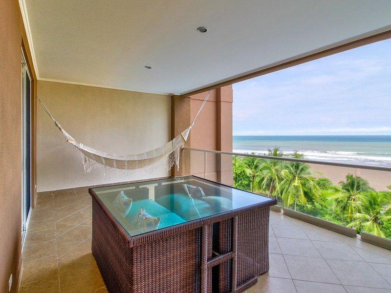 Luxury oceanfront condo w/ ocean views, shared pool & easy beach access!, location de vacances à Jaco