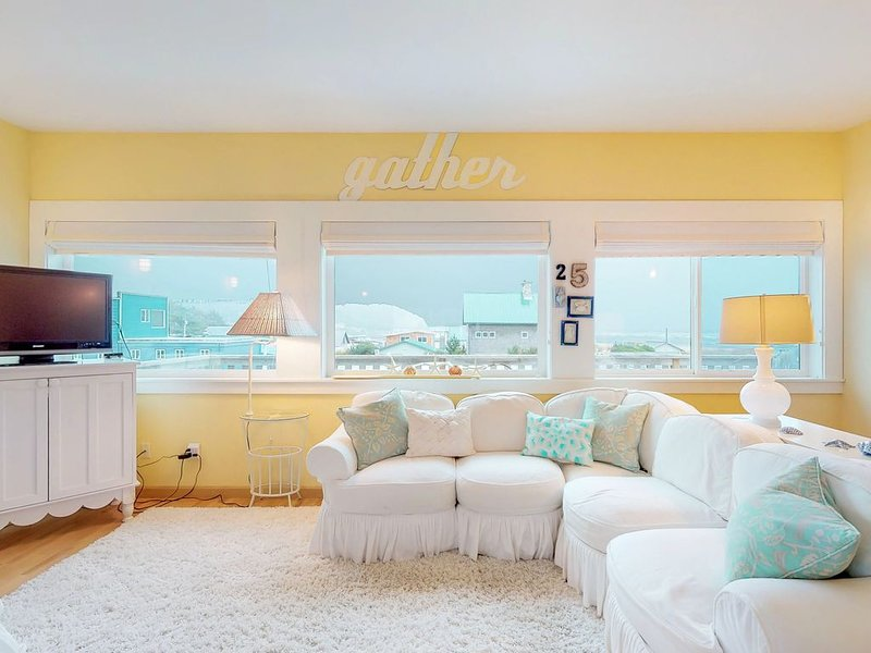 Dog-friendly and bright home with beautiful ocean views! 1 block to beach!, holiday rental in Pacific Beach