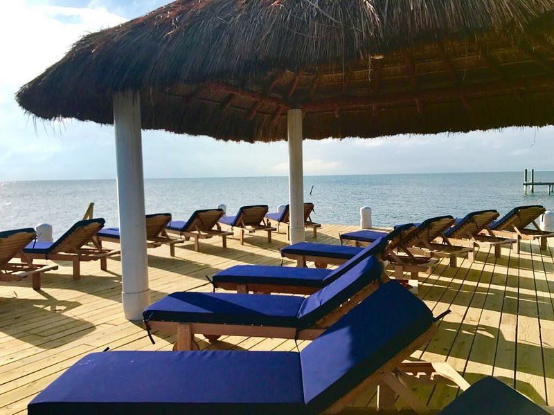 Oceanfront Velento #4 with private dock/beach, pool, wifi, AC, alquiler de vacaciones en San Pedro