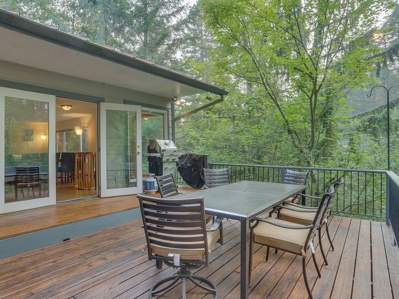 Family cabin with a deck, fireplace, jetted tub, and more - near Mt. Hood, holiday rental in Rhododendron