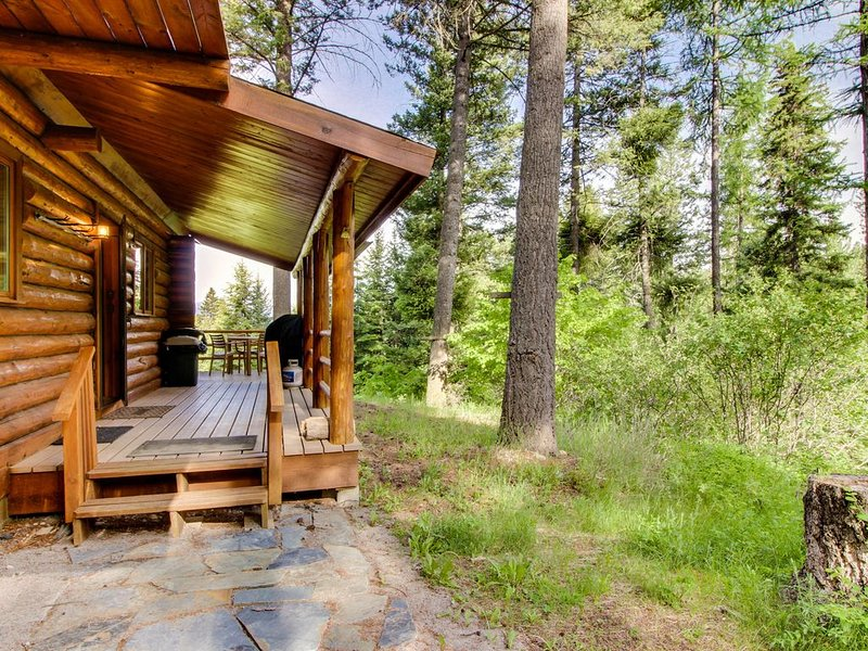 Welcoming, peaceful, dog-friendly cabin - easy access to lake & skiing!, casa vacanza a Rollins