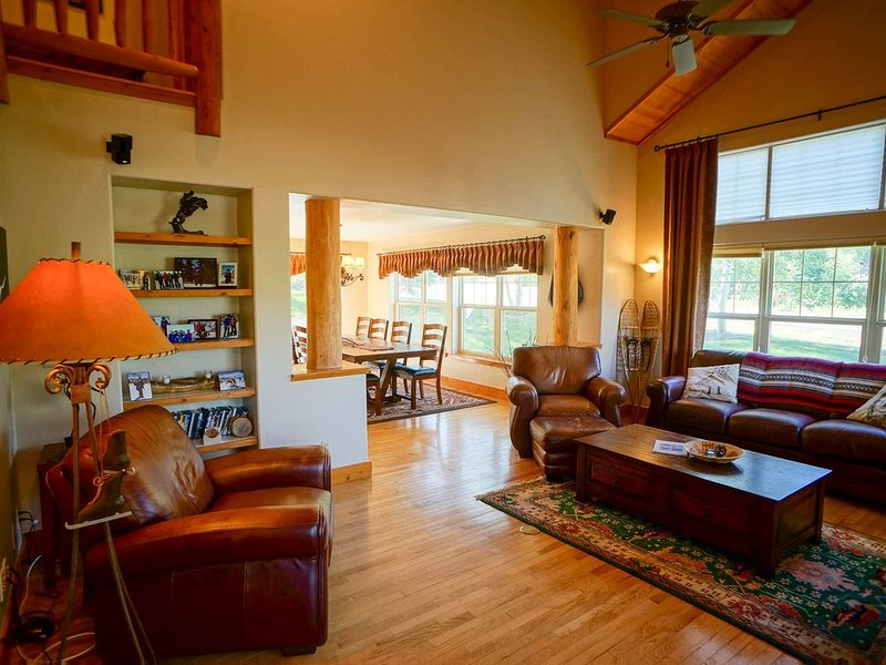 Bear Creek Lodge Town home - Large Yard + 2 Car Garage + Rent 4nts, get 5th Free, location de vacances à Oak Creek