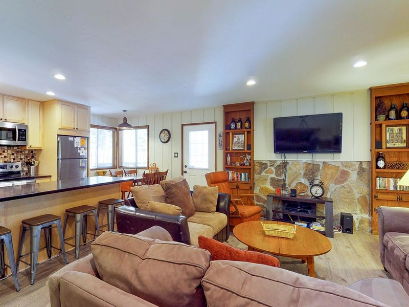 Cozy, family-friendly home in the woods, close to the lake & skiing at Northstar, holiday rental in Carnelian Bay