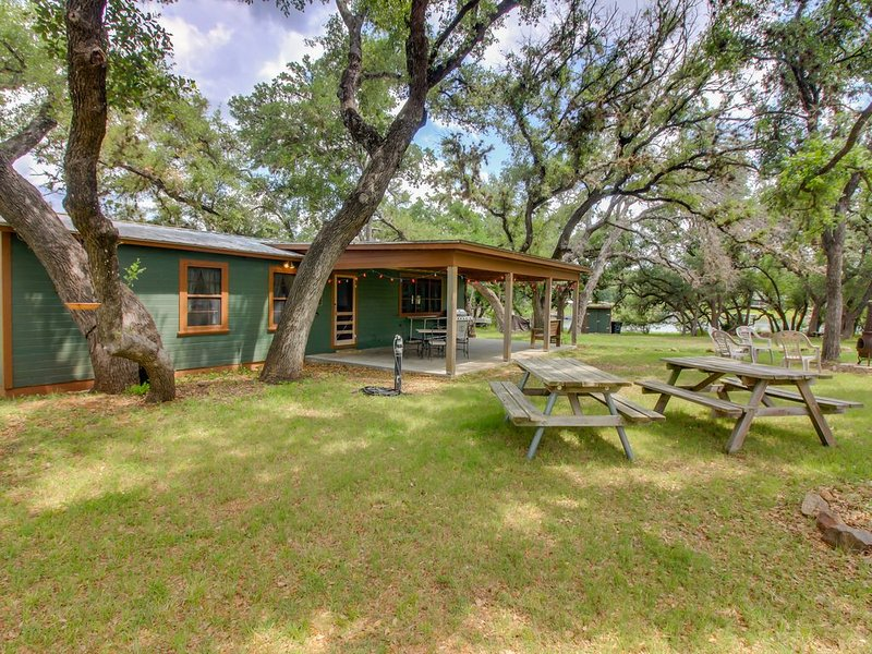 Historic lakefront home with firepit - minutes to water!, holiday rental in Bluffton