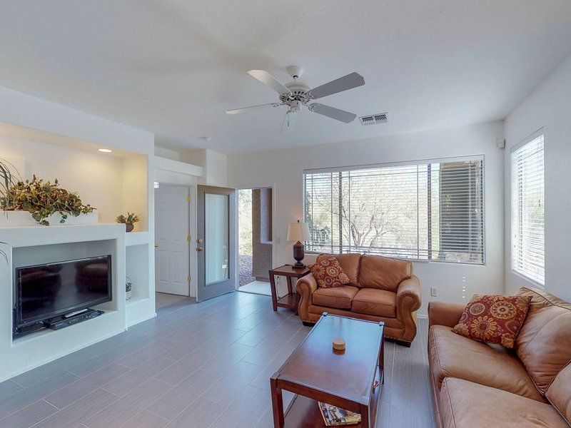 Dog-friendly condo w/ new furnishings, shared pool and hot tub!, location de vacances à Oro Valley