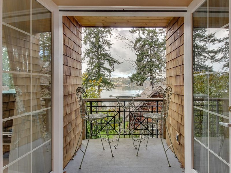 Scenic condo with water views, moments from the beach & near peaceful town!, holiday rental in Freeland