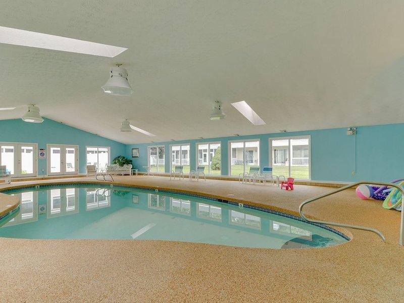Studio condo w/ furnished patio, shared pool/sauna - near beaches, alquiler de vacaciones en Sanford