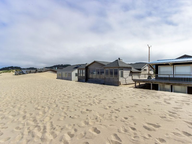 Gorgeous oceanfront home with incredible views of Haystack Rock - dogs welcome!, vacation rental in Pacific City