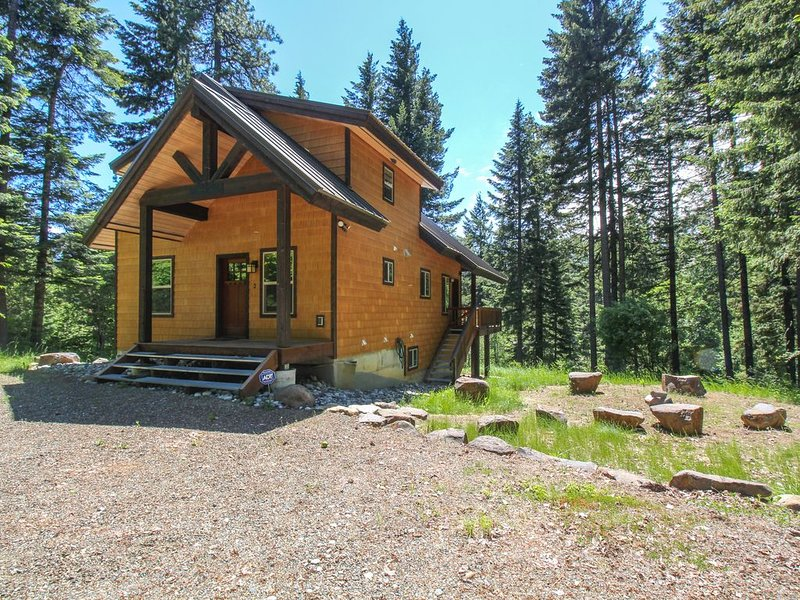 Classic mountain cabin in the woods just steps from the river!, casa vacanza a Easton