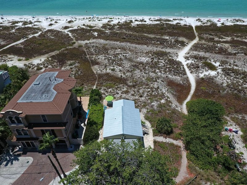 Gulf front, charming home right on the beach - stunning views & dogs welcome!, vacation rental in Anna Maria