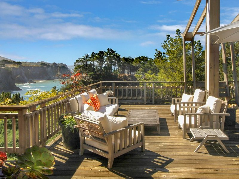 Stylish oceanfront home w/ stunning bluff views, deck & veranda - near beaches!, alquiler de vacaciones en Elk