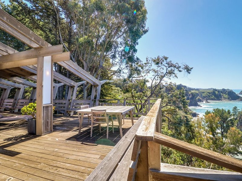 Oceanfront, blufftop home w/ incredible deck & water views - close to beaches!, alquiler de vacaciones en Elk