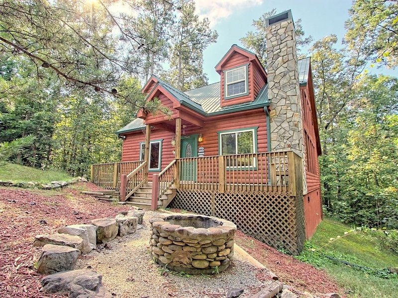 Dog-friendly, two story cabin in woods w/ screened-in deck, hot tub, pool table, aluguéis de temporada em Sautee Nacoochee