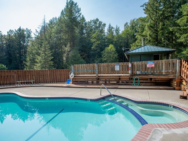 Industrial home w/ wood stove, private hot tub, shared pool, & tennis courts!, holiday rental in Rhododendron