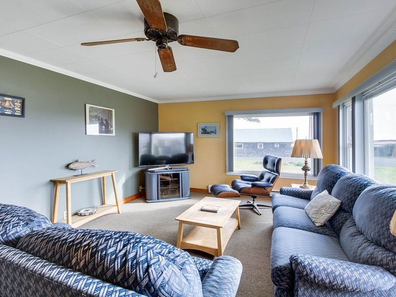 Comfortable and dog-friendly cottage, walk to Pacific Beach State Park!, holiday rental in Pacific Beach