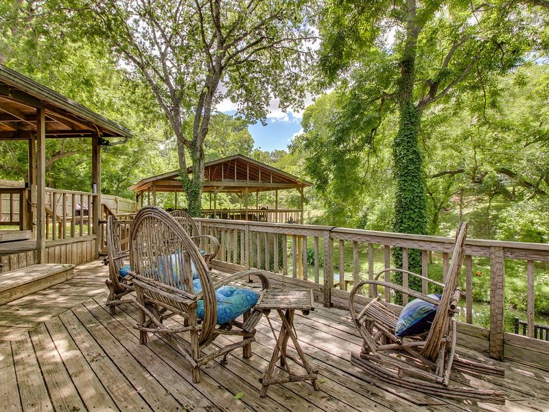 Creekside dog-friendly home w/large deck overlooking the creek, w/dock & more!, holiday rental in Geronimo