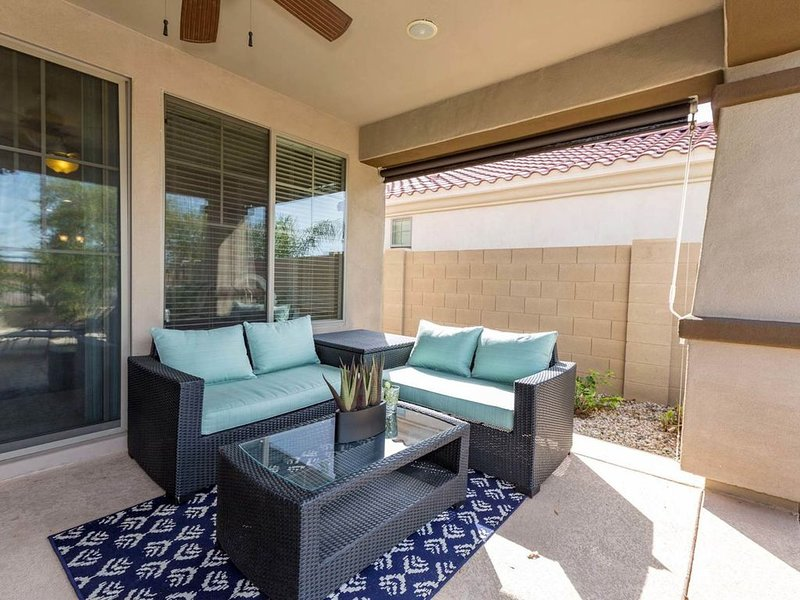 Conveniently located home w/ private pool & large patio - shared tennis & more, location de vacances à Gilbert
