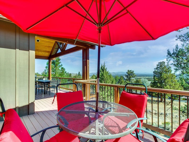 Comfortable home w/ fireplaces, deck & shared pool, hot tub, tennis & more!, holiday rental in Redmond