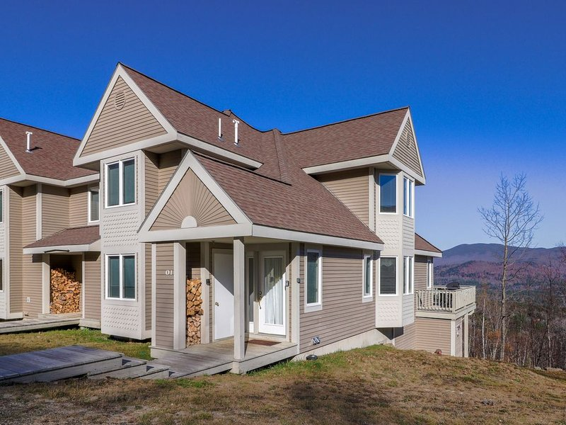 Family townhome w/ deck, shared pool and hot tub & ski-in/out access to trails!, aluguéis de temporada em Newry