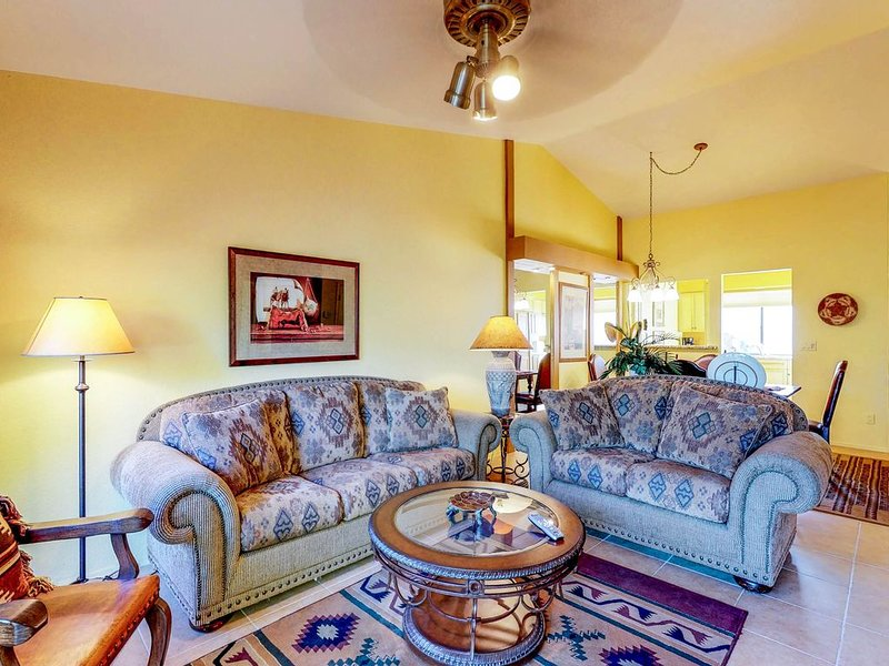 Classic and comfortable condo offers a shared pool, hot tub, and tennis!, alquiler vacacional en Tortolita