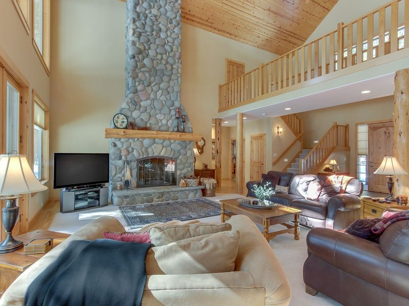 Deschutes Forest views w/ game room, shared pools/hot tub, on-site golf, & more!, holiday rental in Sisters