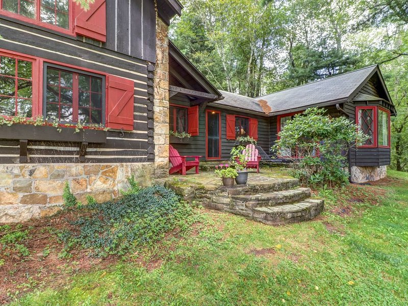 Dog-friendly, lakefront log home on a quiet cove w/ a front deck & private dock, vacation rental in Deer Park
