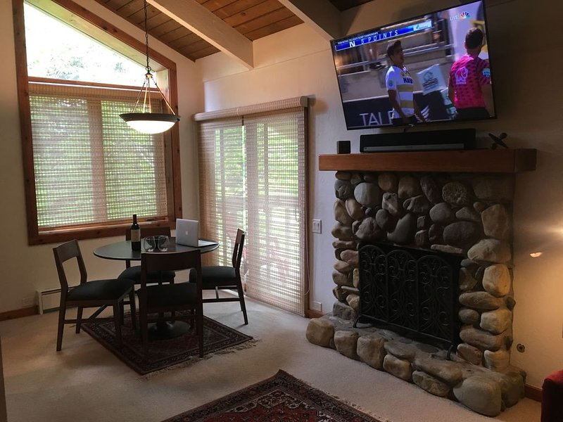 #102-Hot Tub, Pool, Spa, Common game Room, 10 minute Walk to Town & Lifts, Ferienwohnung in Ketchum