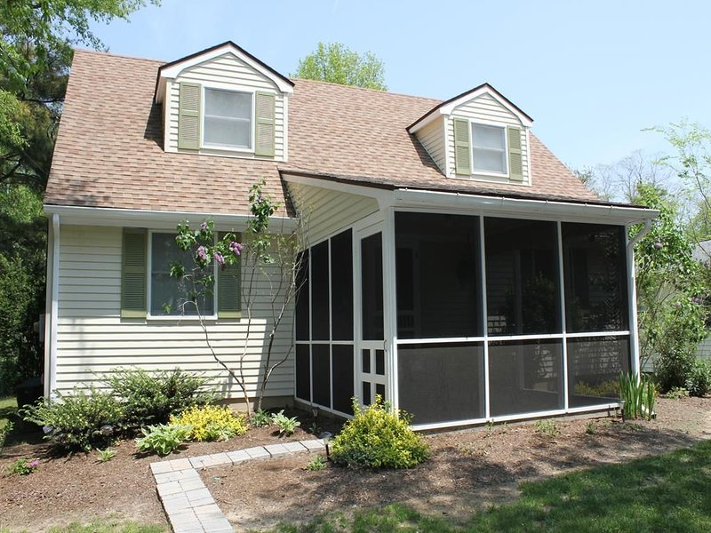 4 Bedroom House with Screened Porch, Sleeps 10, holiday rental in West Cape May