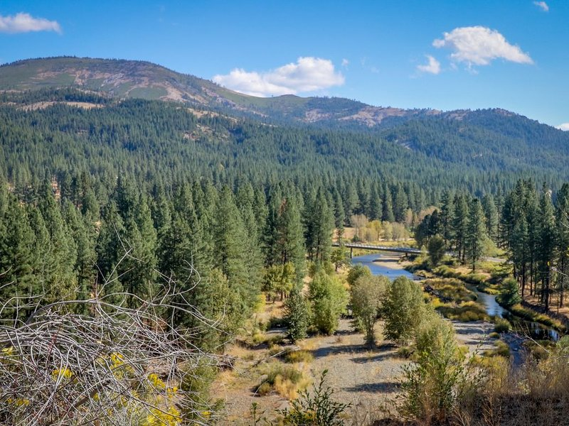 Rustic riverfront house w/ wood stove & valley views from private deck!, vacation rental in Sierra City