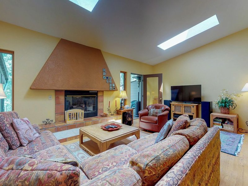 Cozy townhome w/deck & gas fireplace - on free shuttle route, holiday rental in Minturn