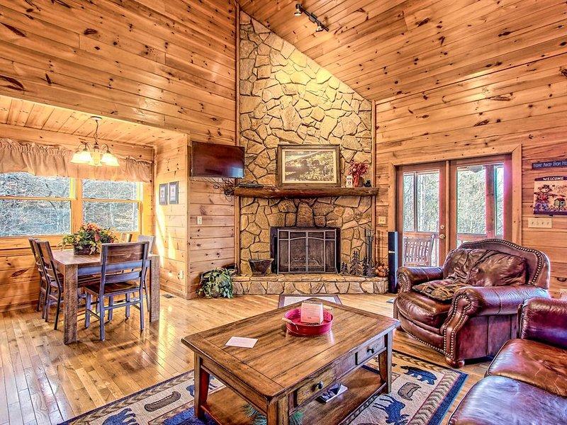 Spacious home w/ hot tub, multiple decks & gorgeous mountain/forest views!, alquiler de vacaciones en Mineral Bluff