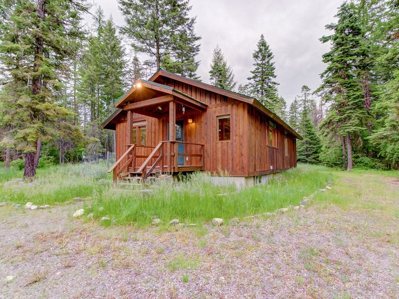 Charming cabin near Flathead Lake with wood stove and deck!, casa vacanza a Creston