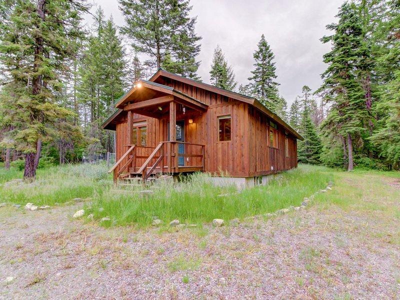 Charming cabin near Flathead Lake with wood stove and deck!, aluguéis de temporada em Creston