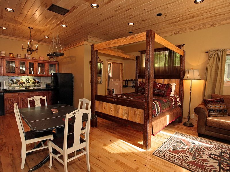 Luxury Suite - Air Conditioning! - Downtown Ouray - On Main Street, holiday rental in Ouray
