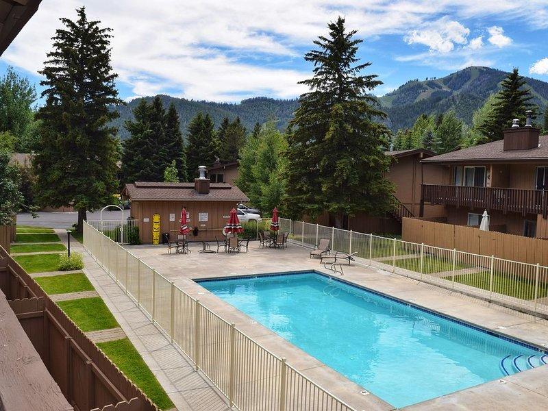 Chalet-style condo w/ pool & fitness room - two miles to Dollar Mountain, aluguéis de temporada em Sun Valley