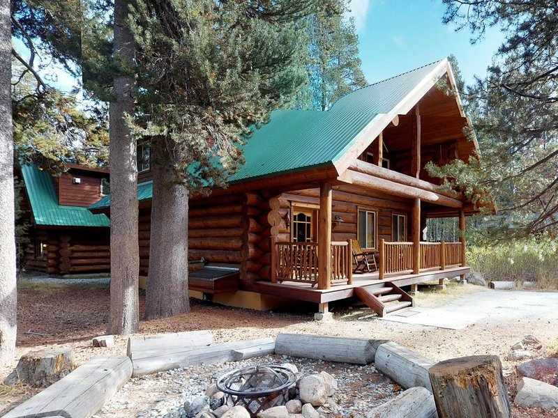 Custom-built log cabin w/ huge deck & great location steps from Huntington Lake, alquiler de vacaciones en Lakeshore