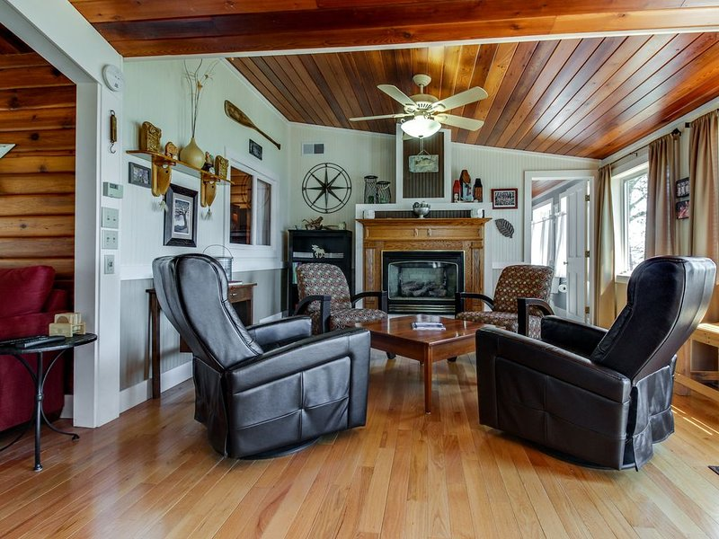 Secluded lakefront cottage w/ gorgeous views, a deck & sandy beach access!, holiday rental in Champlain