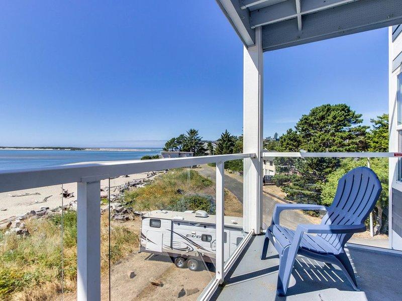 Waterfront corner condo with ocean views - close to beach, bay, & attractions, alquiler de vacaciones en Lincoln City