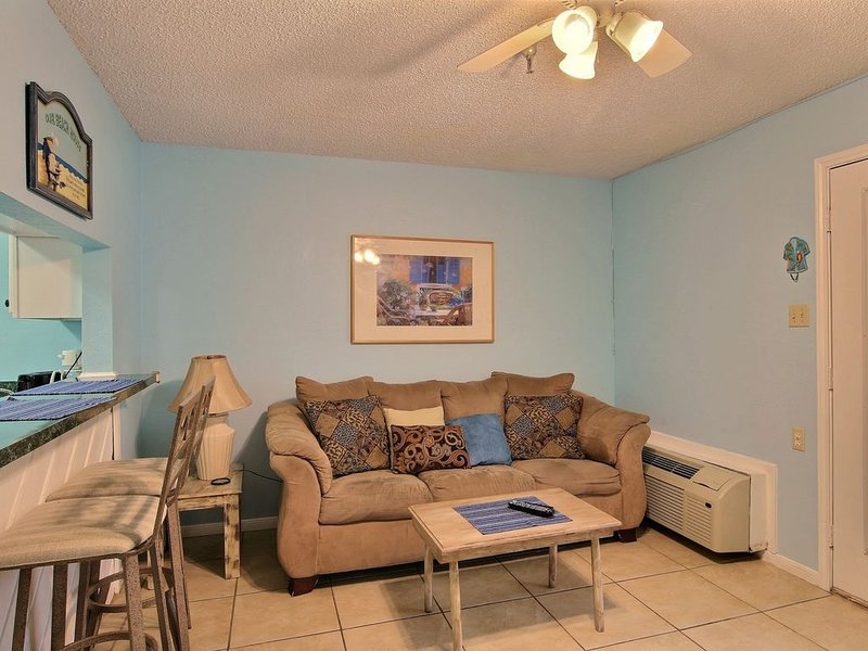 Comfortable studio condo with shared pool and hot tub - walk to the beach!, vacation rental in Corpus Christi