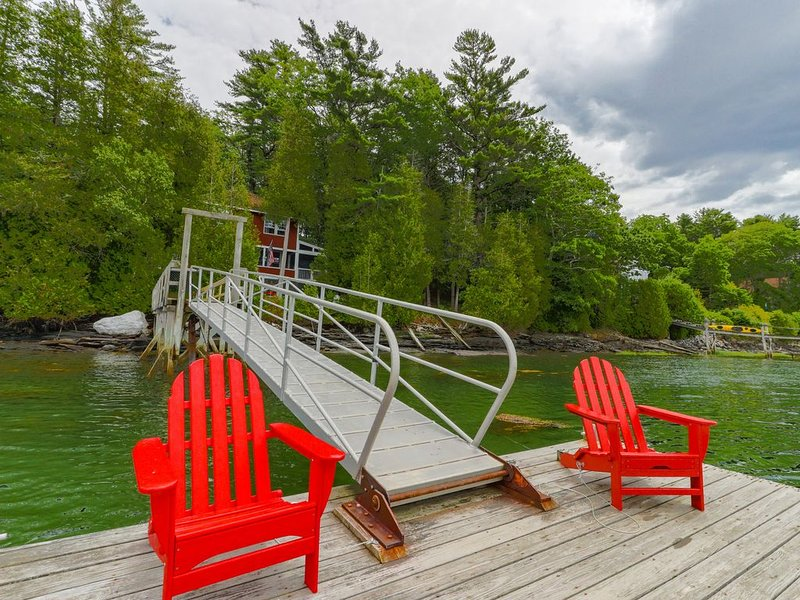 Cozy, waterfront cabin-style home w/ private dock and lovely views!, vacation rental in Bowdoinham