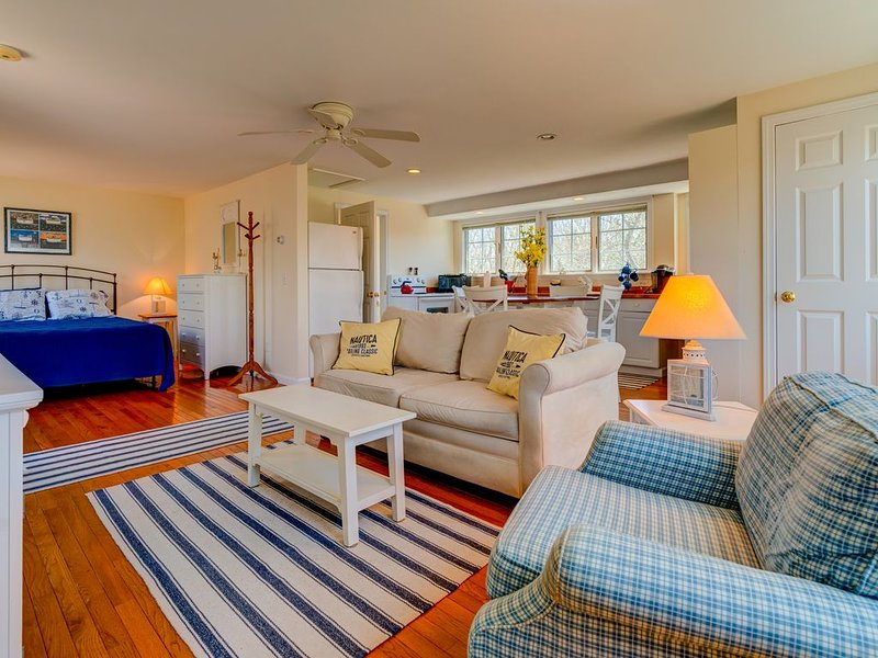 Sunlit studio w/ private deck & woodland views - near beaches, trails & town!, holiday rental in Edgartown