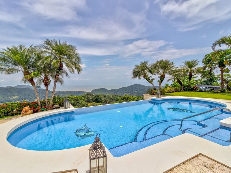 Gorgeous home with private pool & hot tub, patio area, and stunning views, alquiler de vacaciones en Nicoya