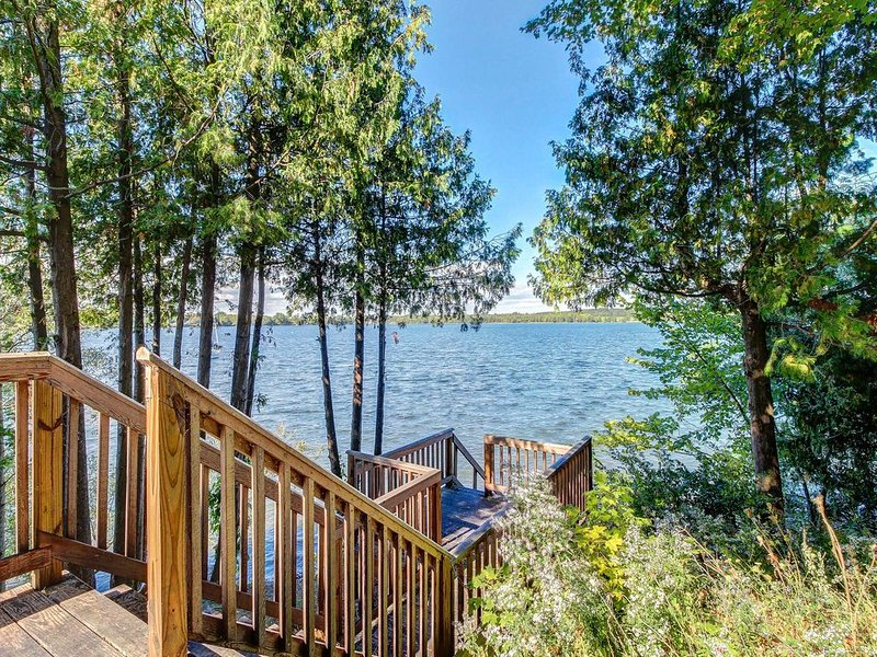 Cozy cottage w/ dock, kayaks, & canoe - come enjoy lakeside living!, holiday rental in South Hero