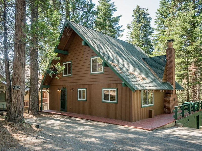 Rustic cabin with gorgeous views and location close to Shaver Lake!, holiday rental in Auberry