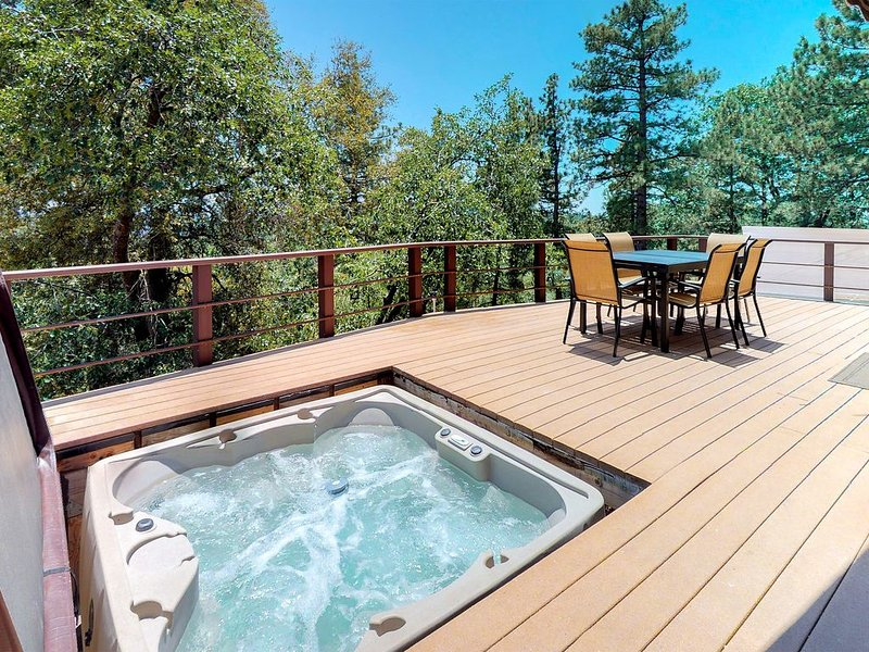 Dog-friendly cabin with private hot tub & stunning mountain views!, alquiler de vacaciones en Idyllwild