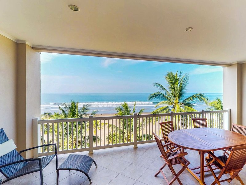 Stunning beachfront condo with shared pool and sweeping ocean views, aluguéis de temporada em Jaco