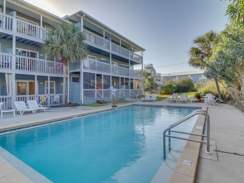 Completely remodeled beachside studio with shared pool - snowbirds welcome!, vacation rental in Inlet Beach