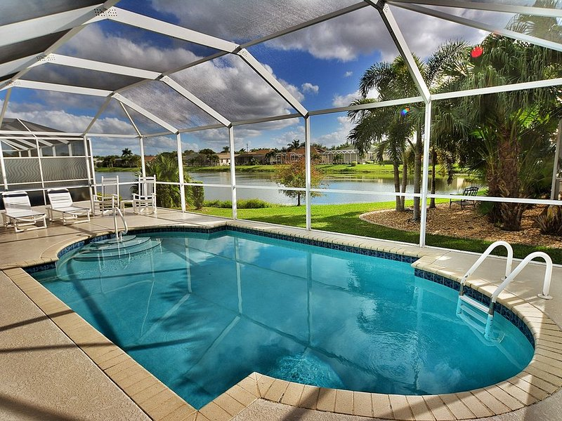 Spacious lakefront home w/ a screened-in pool in exclusive community, holiday rental in Biggar